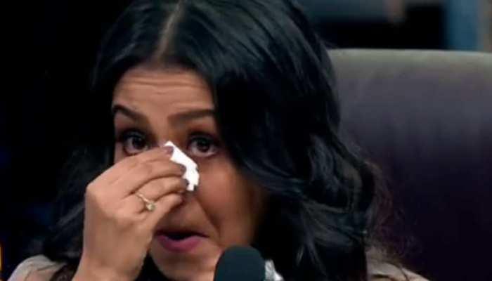 VIDEO : डांस रियलिटी शो में इमोशनल हुईं नेहा कक्कड़, खुद का गाया गाना सुनकर रो पड़ीं सिंगर