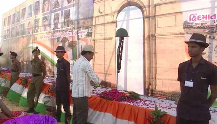 शहीदों के परिवार के लिए सूरत के लोगों ने दिए 65 लाख रुपये, श्रद्धाजंलि देने के लिए रखा मौन