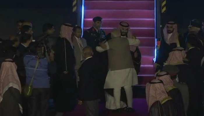 VIDEO : सऊदी के क्राउन प्रिंस पहुंचे दिल्ली, प्रोटोकॉल तोड़कर एयरपोर्ट पर PM मोदी ने किया स्वागत