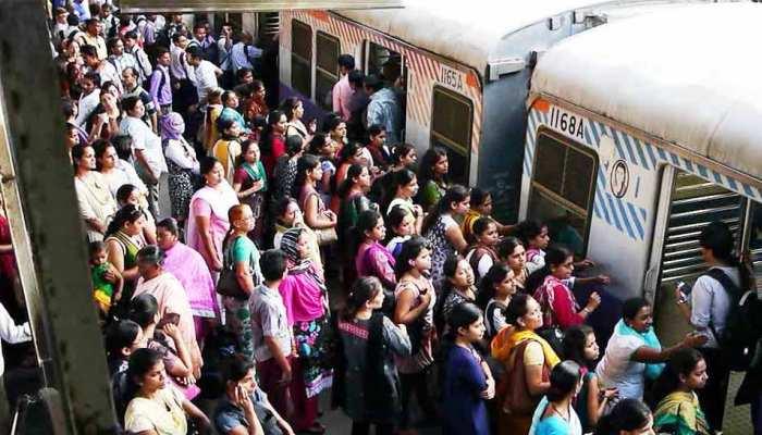 ट्रेन के चलते ही महिला का हुआ मौत से सामना, VIDEO में देखें 'मसीहा' ने कैसे बचाया