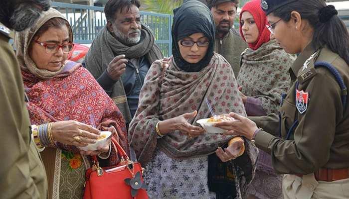 भूखे-प्यासे समझौता एक्सप्रेस का इंतजार कर रहे थे पाकिस्तानी यात्री, पंजाब पुलिस ने खिलाया खाना