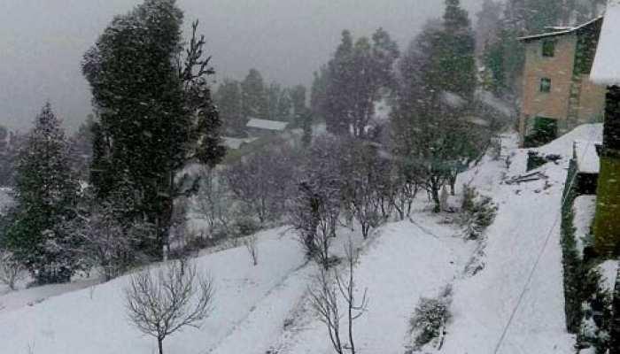 हिमाचल प्रदेश में जमकर गिर रही है बर्फ, बारिश के बाद और बढ़ी सर्दी