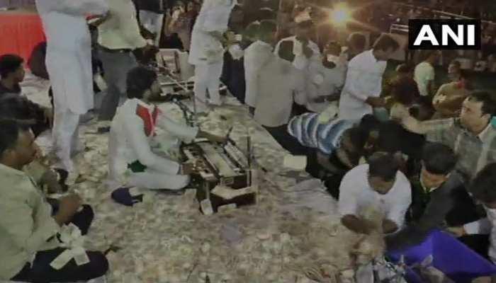 गुजरात : शहीदों के परिजनों की मदद के लिए चैरिटी का आयोजन, नोटों की हुई बारिश