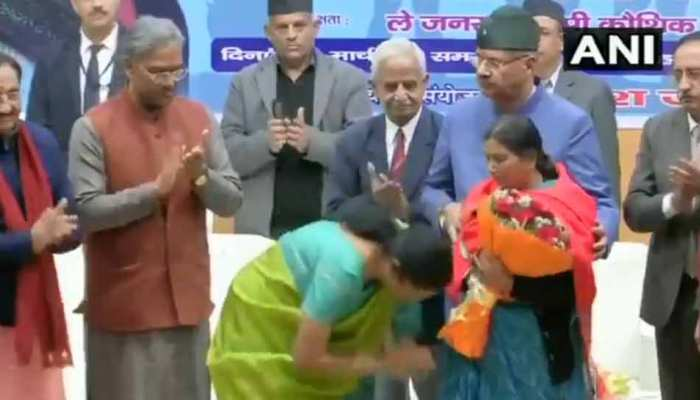 VIDEO: रक्षा मंत्री निर्मला सीतारमण ने छुए शहीद जवानों की माताओं के पैर