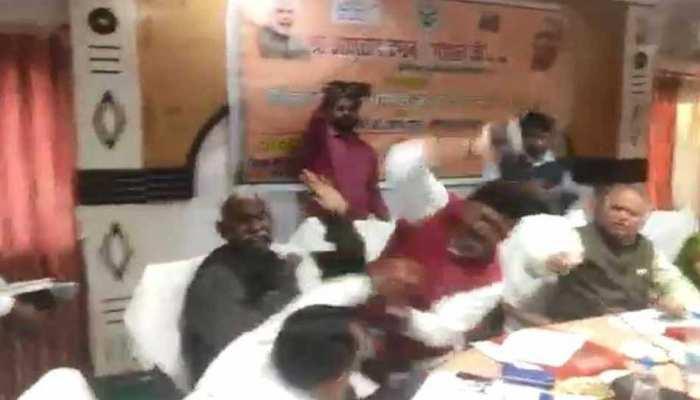 VIDEO:भरी सभा में BJP सांसद को आया गुस्सा,अपनी ही पार्टी के विधायक को जूतों से पीटा