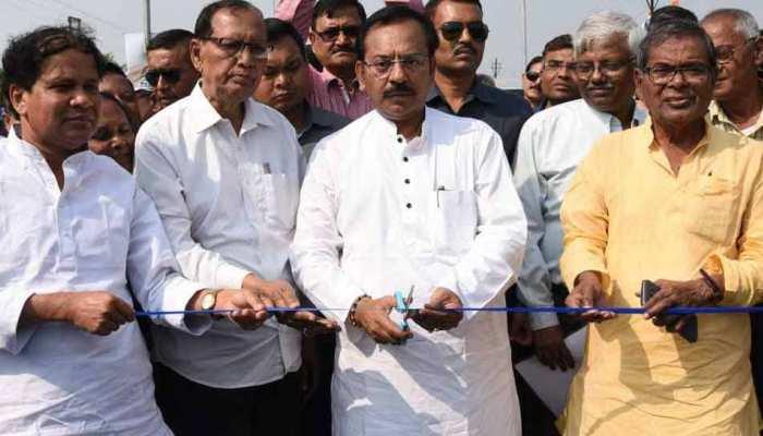 पश्चिम बंगालः नितिन गडकरी को करना था उद्धाटन, उससे पहले ही TMC नेता ने काट दिया फीता