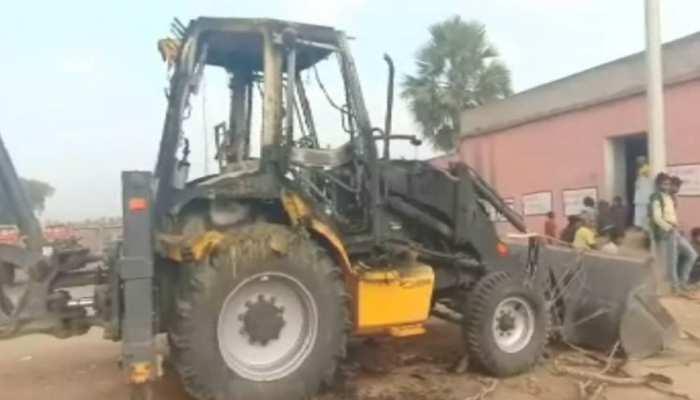 बिहार : नक्सलियों ने सड़क निर्माण कार्य में लगी 2 जेसीबी मशीनें फूंकी