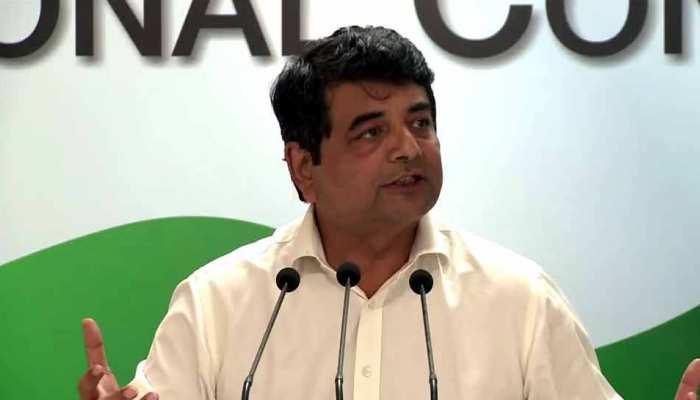 प्रधानमंत्री की तस्वीर वाले विज्ञापन हटाने की मांग लेकर चुनाव आयोग पहुंची कांग्रेस