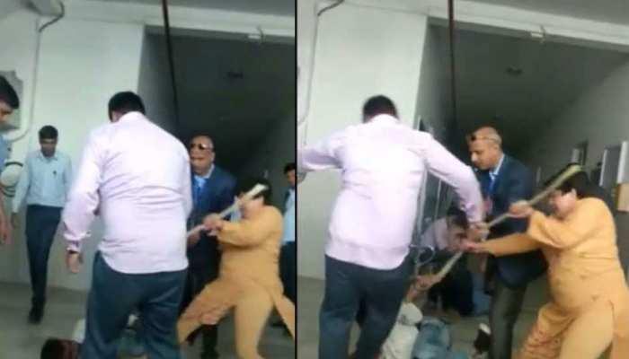 राजस्थान: यूनिवर्सिटी स्टाफ ने छात्र के साथ आए युवकों को बेरहमी से पीटा, Video वायरल