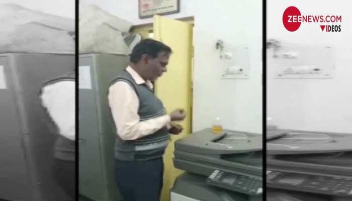 बरेली: ऑफिसर के जाते ही आवास विकास ऑफिस में शुरू हुई दारू पार्टी, Video वायरल