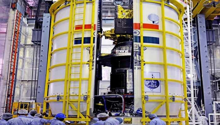 अंतरिक्ष में 28 देशों के सैटेलाइट छोड़े जाने से पहले ISRO कैसे कर रहा है तैयारी, तस्वीर के जरिये देखें