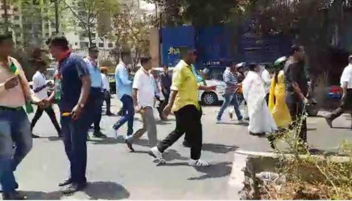 मुंबईः तपती गर्मी में रैली निकाल रहे थे BJP कार्यकर्ता, सांसद ने बंटवाई आईसक्रीम
