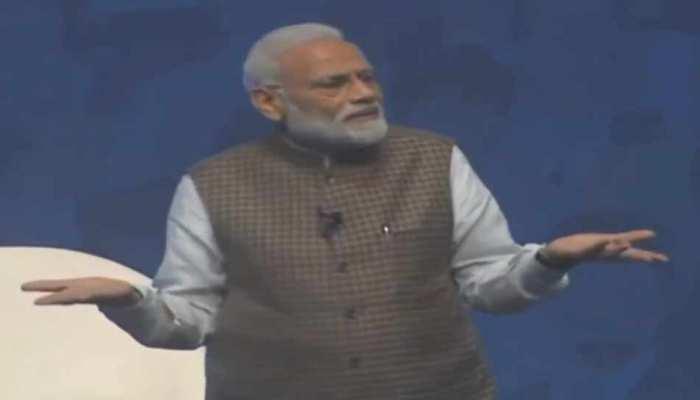 PM से पूछा आपको वोट क्यों दें, मोदी बोले-5 साल गड्ढे भरे, अब उम्मीदें पूरी करूंगा