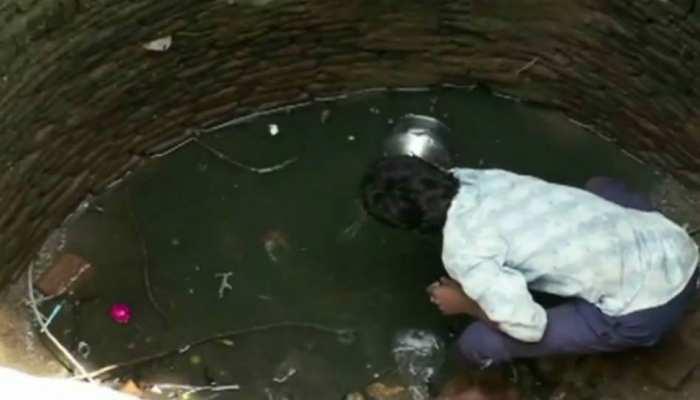 झाबुआ: पानी के लिए जान जोखिम में डाल रहे ग्रामीण, कुएं में उतरकर निकालते हैं पानी