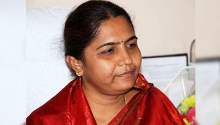 तेलंगाना में बढ़ेंगी कांग्रेस की मुश्किलें, पूर्व मंत्री सुनीता लक्ष्मा रेड्डी ने थामा TRS का दामन