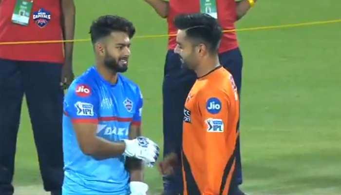 IPL 2019: ऋषभ पंत को गुदगुदी कर मस्ती करते नजर आए राशिद खान, देखें VIDEO