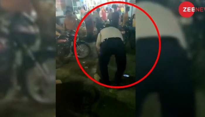 VIDEO: ठेला हटाने को कहा तो ट्रैफिक पुलिस को पीट-पीट कर किया बुरा हाल, मामला हुआ दर्ज
