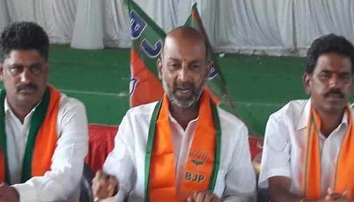 चुनावी रैली को संबोधित कर रहे थे BJP प्रत्याशी, अचानक मंच पर गिर पड़े और फिर...