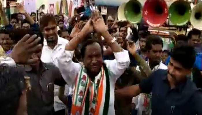 VIDEO: कर्नाटक में मतदाताओं को लुभाने के लिए मंत्री नागराज ने किया 'नागिन डांस'