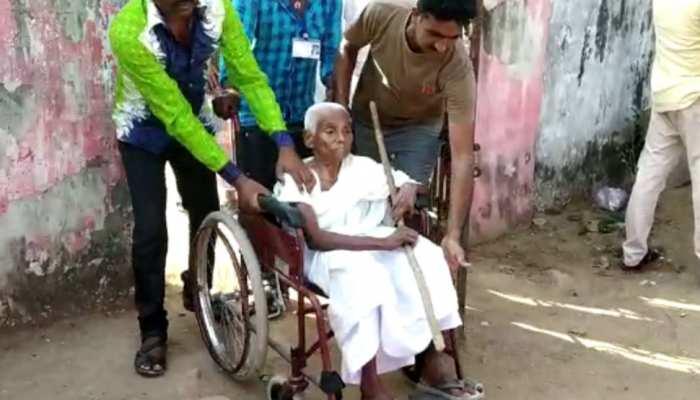 माओवादियों की धमकी के बावजूद वोट डालने पोलिंग बूथ पहुंच गईं 102 साल की यह अम्मा