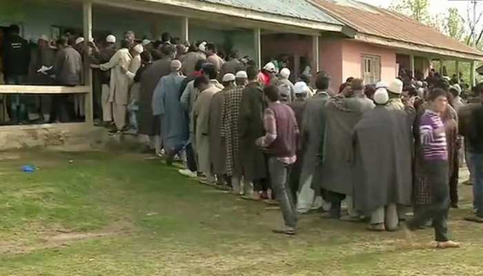 लोकसभा चुनाव 2019: आतंकवाद और नक्सलवाद को मात दे रहे वोटर, जमकर डाल रहे वोट