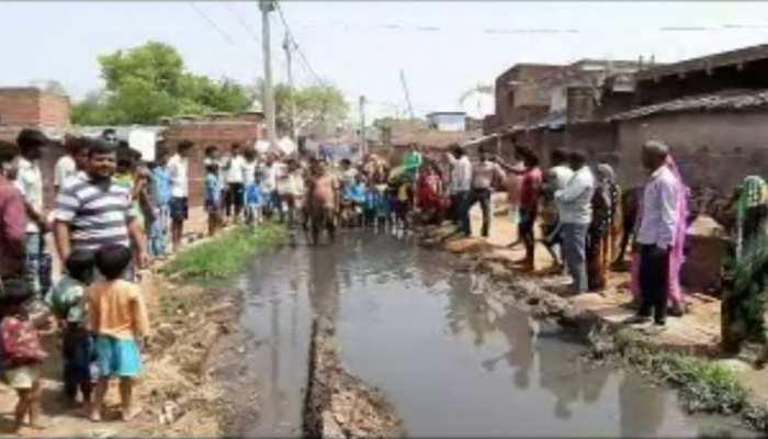 सासारम : गांव की सड़कों पर जलजमाव की स्थिति, ग्रामीणों ने किया चुनाव का बहिष्कार