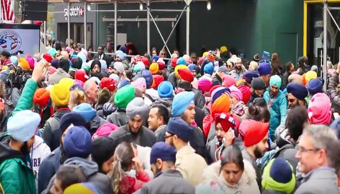 पगड़ी दिवस के मौके पर सिख संस्कृति से सराबोर हुआ टाइम्स स्कॉयर, हजारों ने पहनी पगड़ी