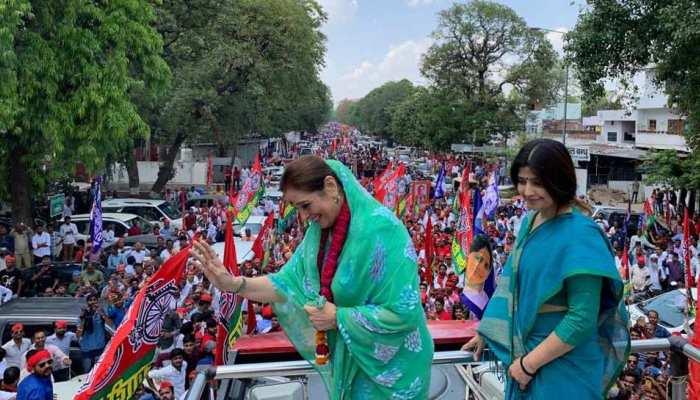 लखनऊ: शत्रुघ्न सिन्हा और डिंपल यादव के साथ SP की पूनम सिन्हा ने किया रोड शो, किया नामांकन