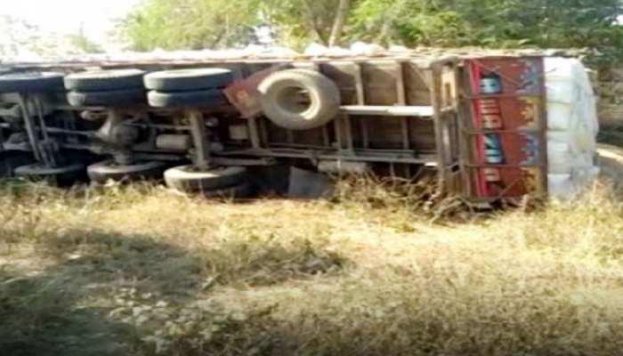 मुंबई में भीषण सड़क हादसा, अनाज का ट्रक पलटने से गई 4 लोगों की जान