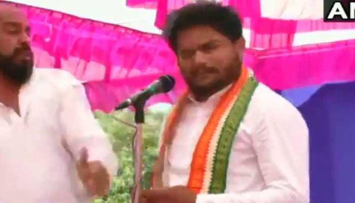 VIDEO- गुजरात: हार्दिक पटेल कर रहे थे रैली, एक शख्स ने अचानक आकर जड़ा थप्पड़
