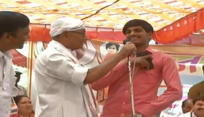 VIDEO: दिग्विजय सिंह ने मंच से पूछा मोदी विरोधी सवाल, युवक ने कराई बोलती बंद