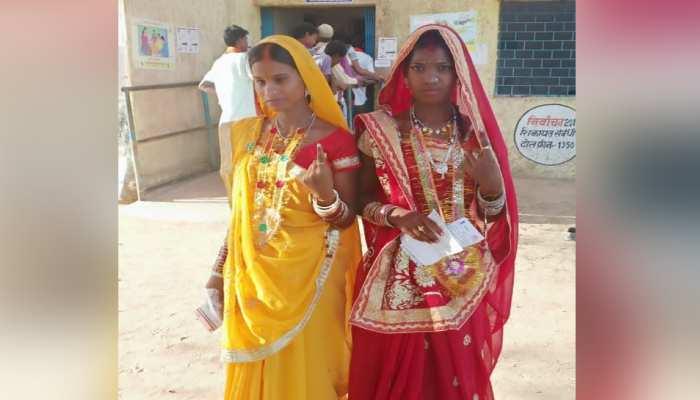 सात फेरे लेने के बाद मतदान केंद्र पहुंची दो बहनें, वोट देकर की नए जीवन की शुरुआत