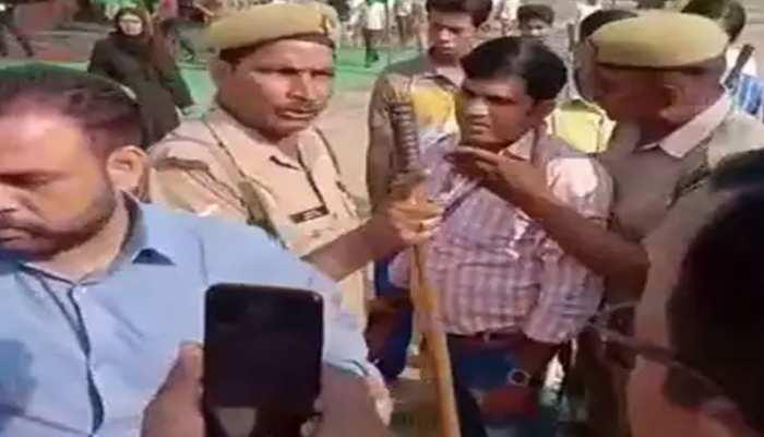 VIDEO: मुरादाबाद में बीजेपी कार्यकर्ताओं ने चुनाव अधिकारी को पीटा, साइकिल पर वोट डलवाने का लगाया आरोप