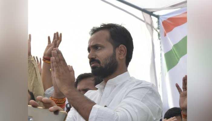 भरी सभा में बोले कांग्रेस नेता- 'BJP वाला आए, तो उसे पोलिंग बूथ से भगा देना और वोट ठोक देना'