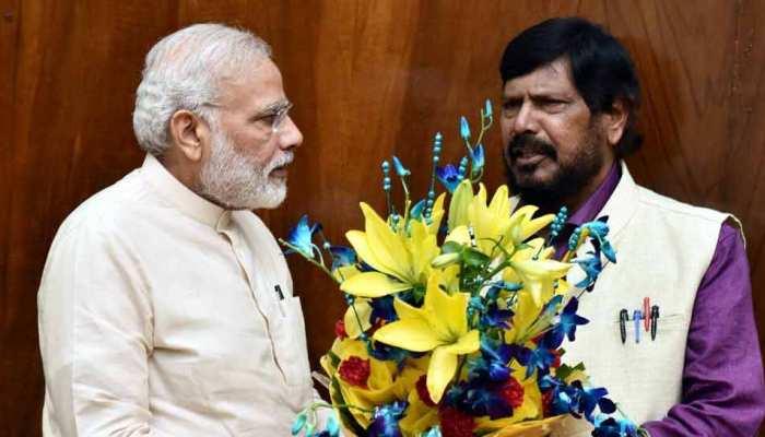 PM मोदी की तारीफ में कविता सुनाने वाले नेता ने BJP को दिया झटका, खड़े कर दिए 5 प्रत्याशी