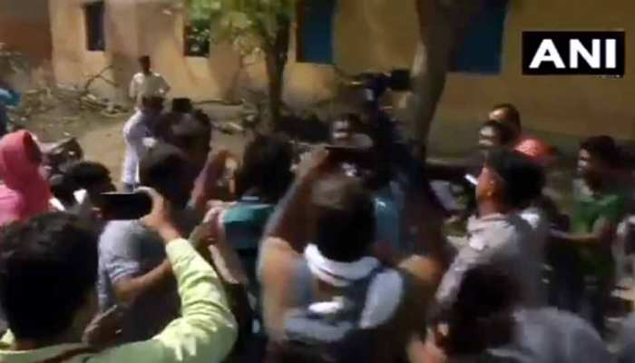 पोलिंग बूथ पर TMC वर्करों ने सुरक्षा बलों पर बरसाई लाठियां, VIDEO देखकर कहेंगे ये तो अराजकता की हद है