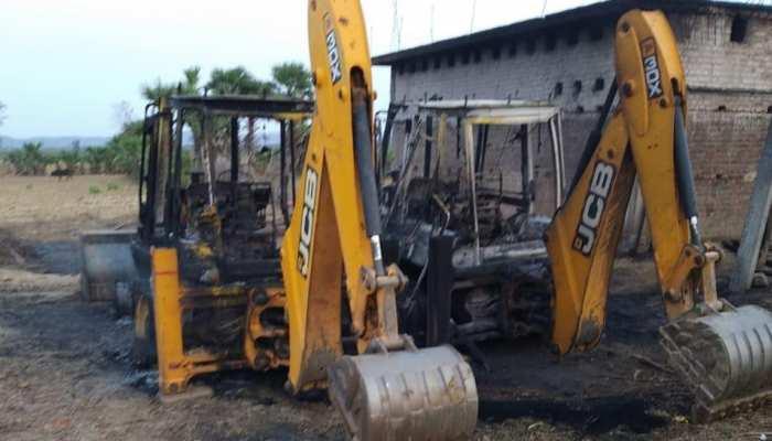 बिहार : गया में नक्सलियों का तांडव, सड़क निर्माण में लगी जेसीबी को किया आग के हवाले