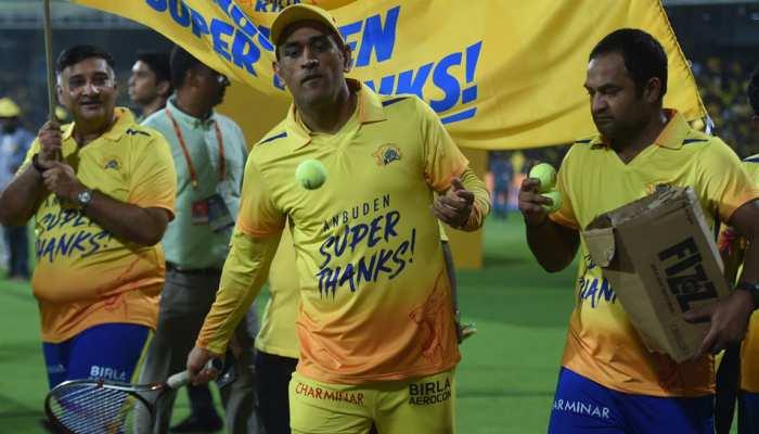 VIDEO: चेन्नई में सीजन का आखिरी मैच- धोनी ने दिए तोहफे, फैंस के सपोर्ट पर कहा...