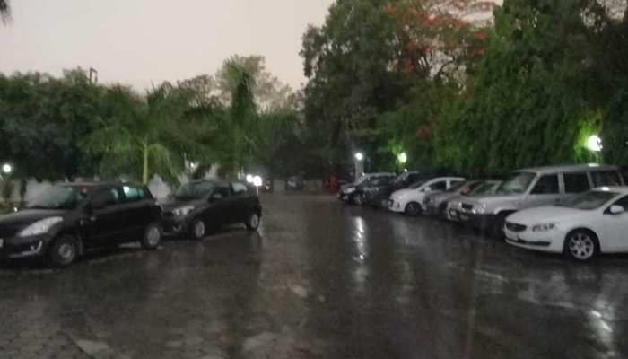 दिल्ली NCR में भी तेज बारिश, लोगों को गर्मी से मिली राहत
