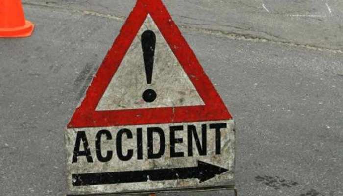 नोएडा में ट्रक से टकराकर निजी कंपनी की बस पलटी, कई कर्मचारी घायल