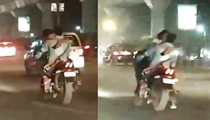 बाइक पर स्टंट करते हुए रोमांस कर रहा था जोड़ा, IPS ने VIDEO शेयर कर कही ये बात...