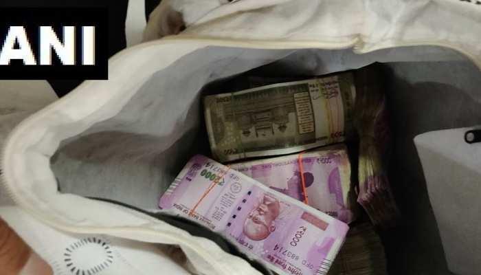 इंदौरः सब इंजीनियर के ठिकानों में छापे के दौरान 25 लाख नकद और साथ सोना-चांदी बरामद