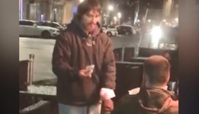 Video: बेघर ने अजनबी से मांगी मदद, ATM कार्ड देकर बोला शख्स- जितने की जरूरत हो निकाल लो