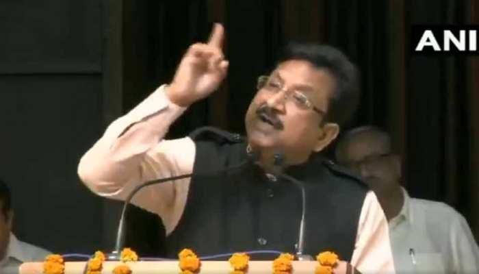 मतदान केंद्र के बाहर कांग्रेस नेता से जा भिड़े पूर्व मंत्री विजय शाह, पत्नी ने किया बीच-बचाव