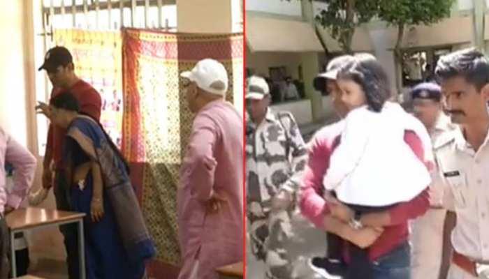रांची: वोट डालने पूरे परिवार के साथ पहुंचे महेंद्र सिंह धोनी, बेटी जीवा भी दिखीं साथ