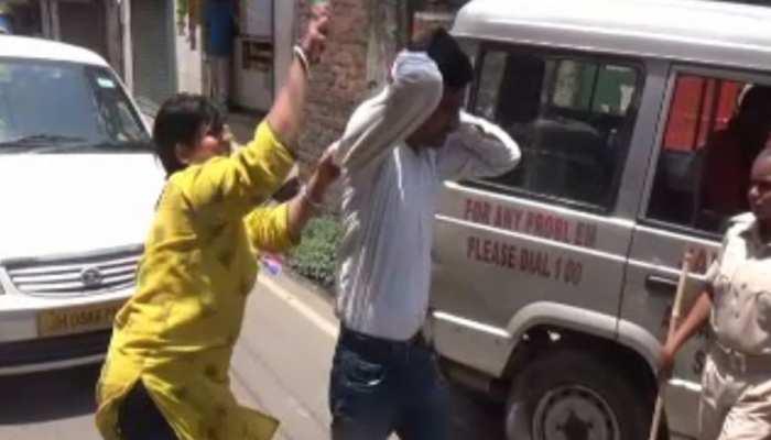VIDEO : जमशेदपुर में फर्जी ACB ऑफिसर की महिला ने जमकर की चप्पल से पिटाई
