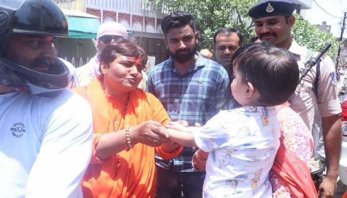 Sadhvi Pragya was found to have loved the people unique way, someone gave rice, and someone gave Rs 101