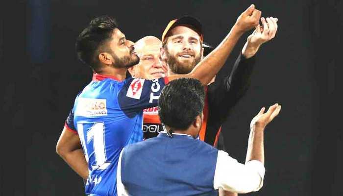 VIDEO: टॉस के लिए जल्दबाजी में दिखे दिल्ली के कप्तान श्रेयस अय्यर, मांजरेकर ने बीच में रोका