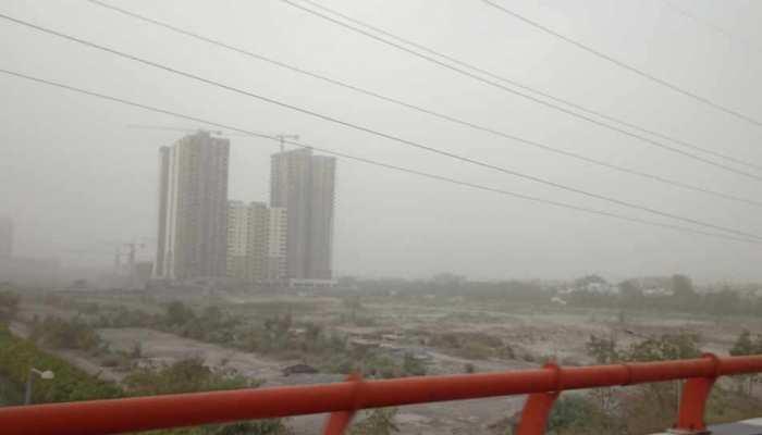 दिल्ली-NCR के आसमान में छाया दमघोंटू धुंध, जरूरी हो तभी घर से निकलें