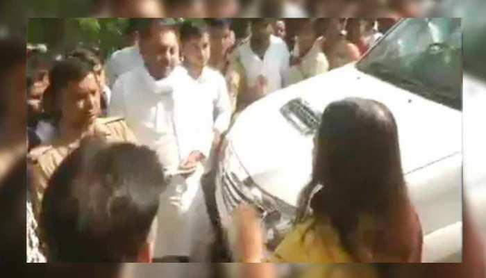 VIDEO: सुल्तानपुर में महागठबंधन प्रत्याशी-मेनका गांधी हुए आमने-सामने, BJP प्रत्याशी ने ये लगाया आरोप